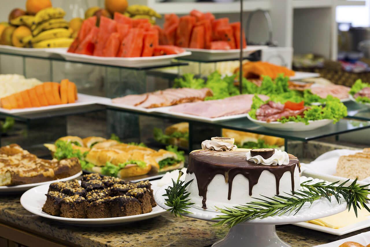 Foto con pasteles, panes y frutas en el desayuno del Tropikalya Prime Hotel